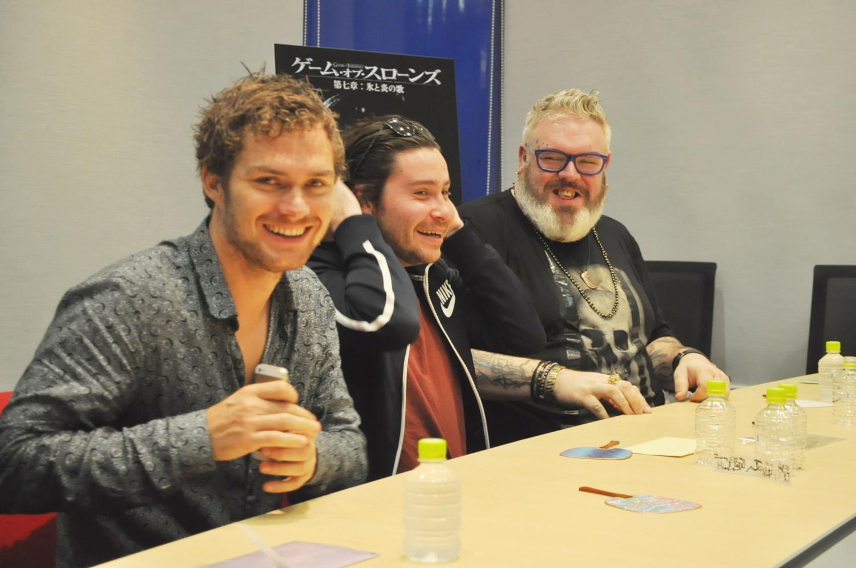 左から、フィン・ジョーンズ、『ゲーム・オブ・スローンズ』共演者のダニエル・ポートマン、クリスティアン・ネアーン