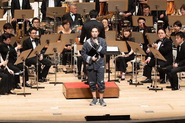2019年の公演の様子1:楽曲解説をする作曲家の林ゆうき