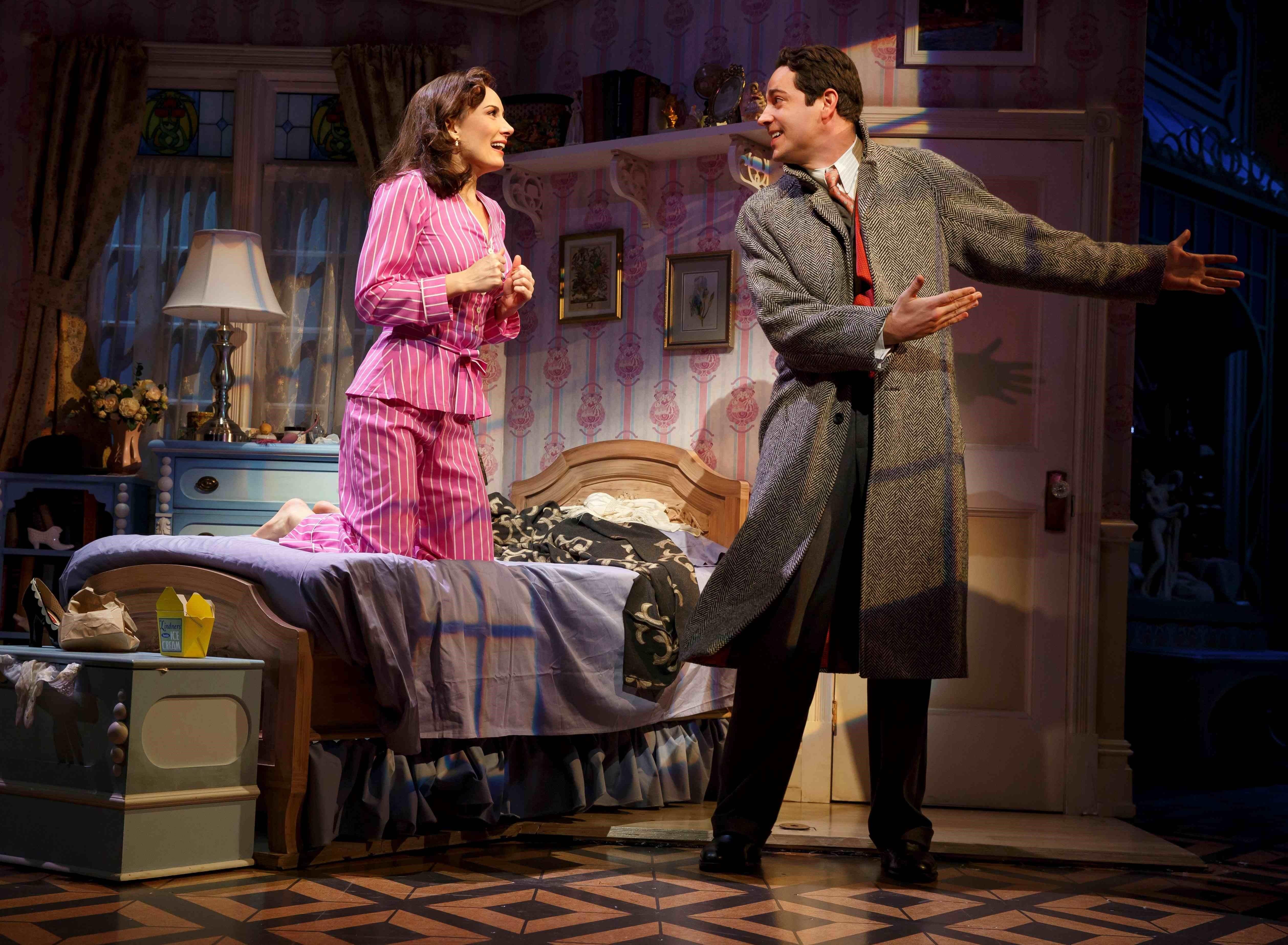 『シー・ラヴズ・ミー』、主演のザカリー・リーヴァイ(右)とローラ・ベナンティ ©Joan Marcus