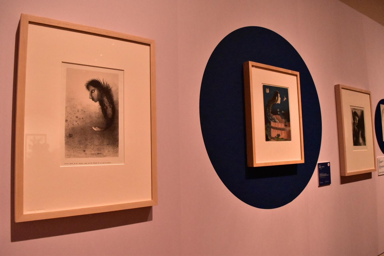 左:オディロン・ルドン 「聖アントワーヌの誘惑」第一集より《Ⅴ.それから魚の体に人間の頭を持った奇妙なものが現れる》1888年 国立西洋美術館 右奥:葛飾北斎《百物語 さらやしき》1831(天保2)年頃 ミネアポリス美術館
