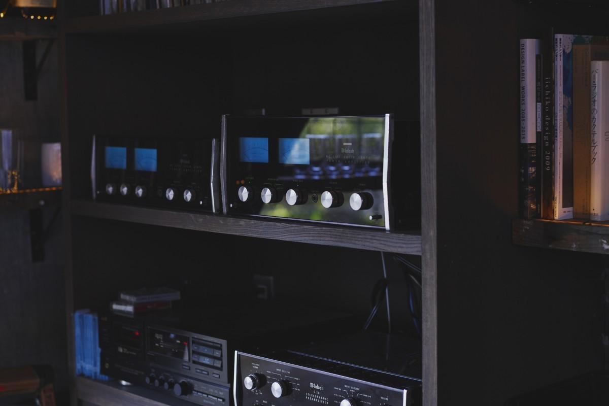 パワーアンプは60年代後半の『MC-2105』、プリアンプは『C28』とマッキントッシュで揃えた。スピーカーはタンノイの『アーデン』。この組み合わせは昔のジャズ喫茶でよく使われていた。