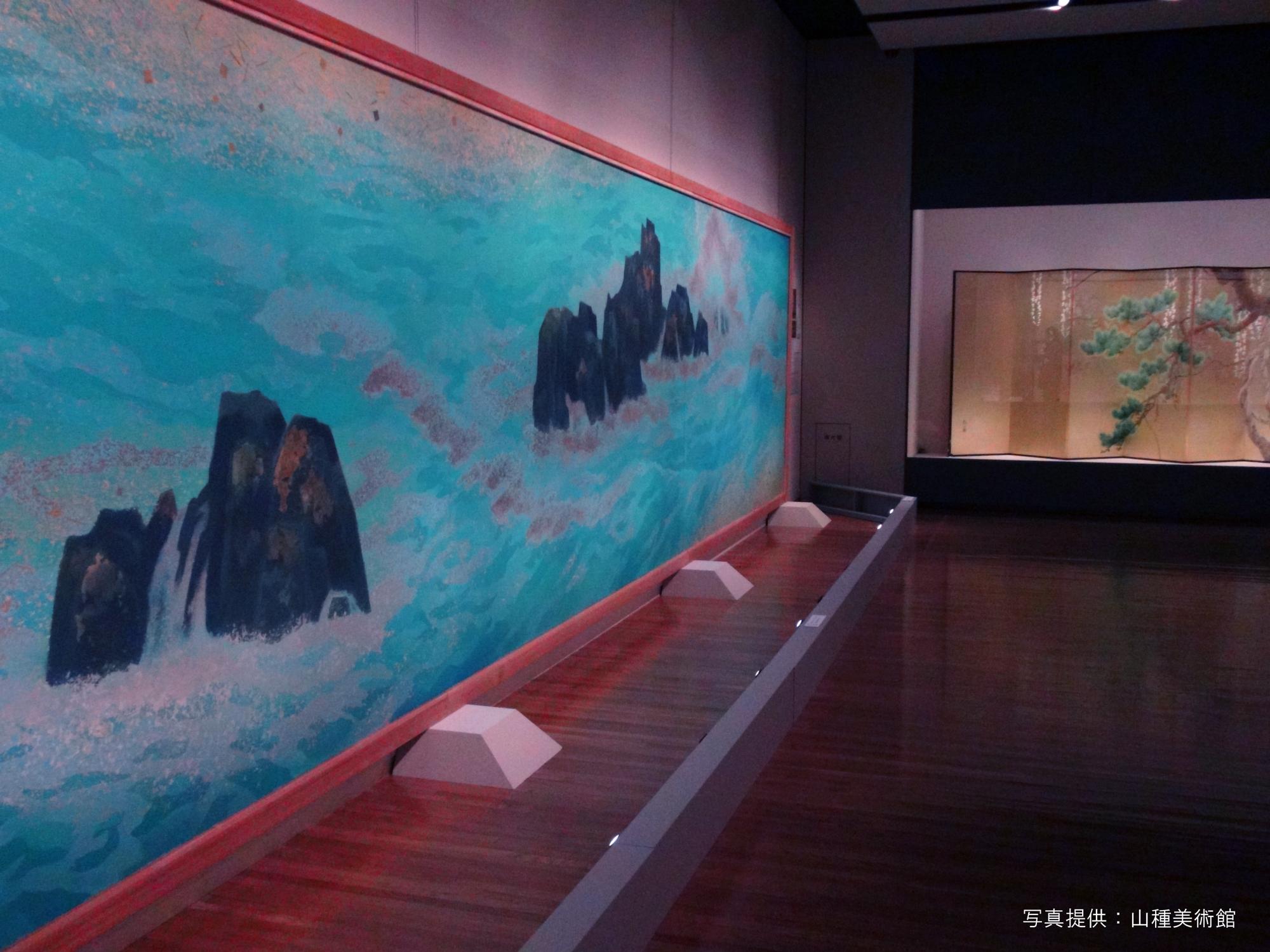 左 東山魁夷《満ち来る潮》山種美術館 鑑賞する角度によって箔のきらめきが海の表情を変える。