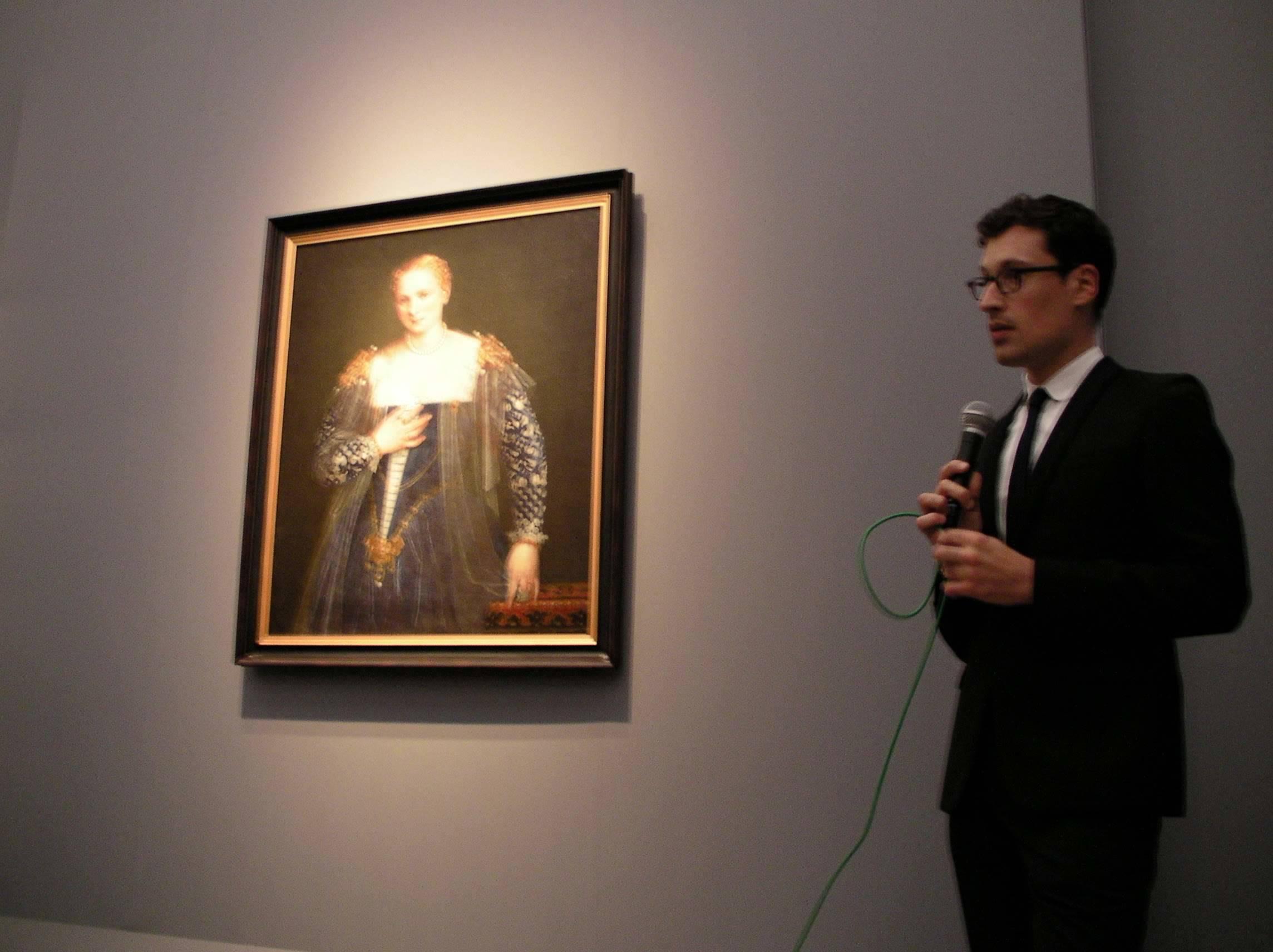 《美しきナーニ》について解説するコーム・ファーブル(ルーヴル美術館絵画部門学芸員)