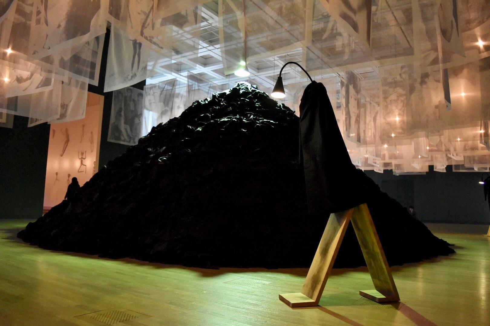手前:《発言する》 2005年 奥:《ぼた山》 2015年 「クリスチャン・ボルタンスキー −Lifetime」展 2019年 国立新美術館展示風景