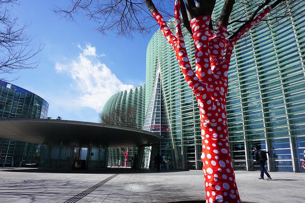 『木に登った水玉』が国立新美術館に出現