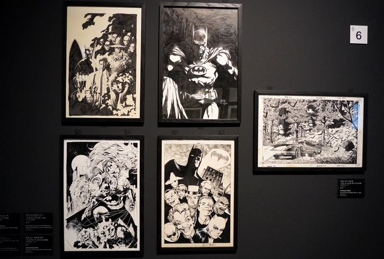バットマンエリア展示風景。貴重なオリジナルドローイングがずらりと並ぶ。 DC SUPER HEROES and all related characters and elements (C) & TM DC Comics. WB SHIELD: (C) & TM WBEI. (s21)