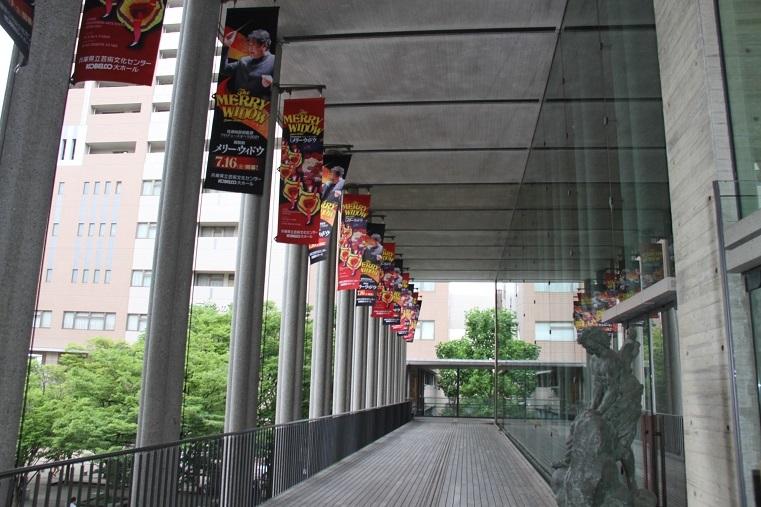 観客の来場を待つ、兵庫県立芸術文化センター   (C)H.isojima