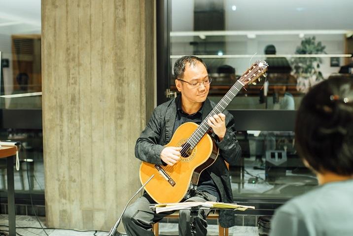 色々なタイプのコンサートを行っている鈴木大介 (C)山本康平