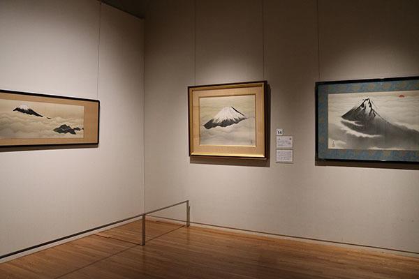 富士を画題にした作品のコーナーも 左は横山大観《富士》1935(昭和10)年頃、中央は横山大観《心神》1952(昭和27)年、右は横山大観《富士山》1933(昭和8)年