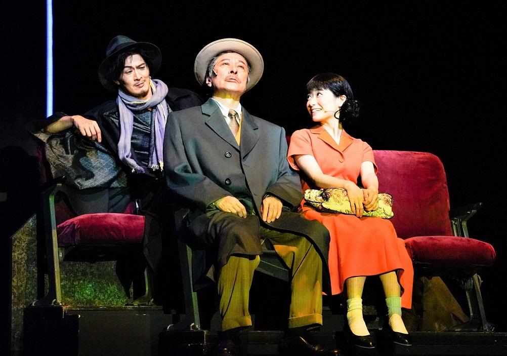 左から、小説家役の新納慎也、鹿賀、唯月ふうか(小田切とよ役) ©引地信彦