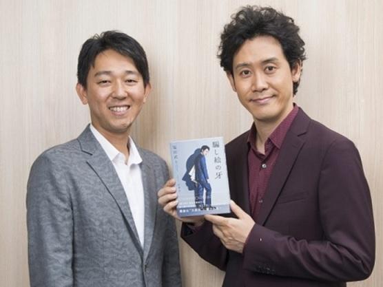 左から、塩田武士氏、大泉洋