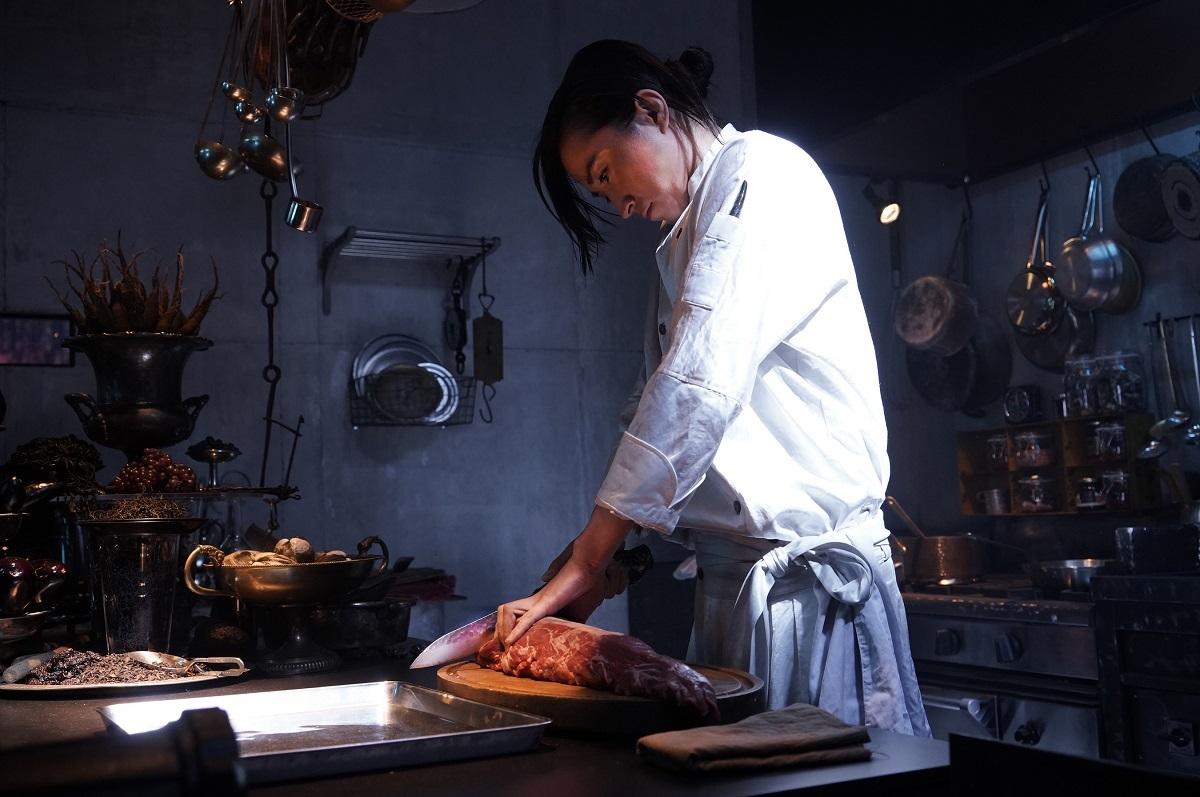 藤原竜也と謎の巨大生肉 (C)2019 映画「Diner ダイナー」製作委員会