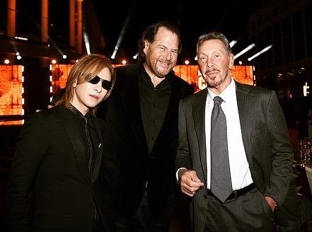 左から、YOSHIKI、マーク・ベニオフ氏、ラリー・エリソン氏