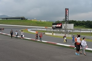 レース終了直後のコースを開放する「コースウォーク」