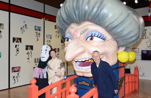 巨大湯婆婆の前でフォトセッションを行った鈴木敏夫と夏木マリ