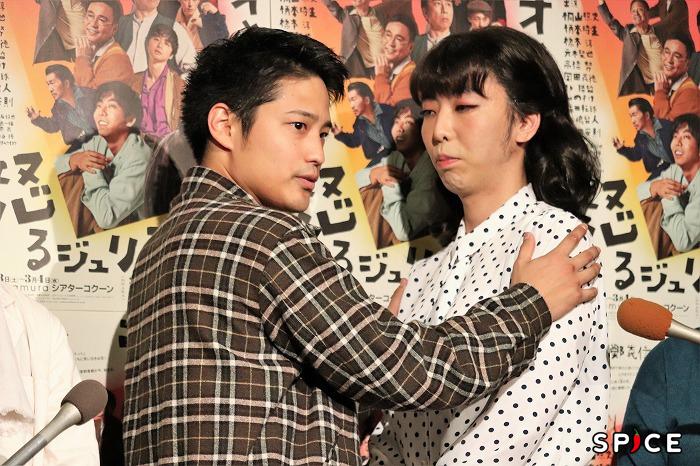 「向かい合ってこう肩を抱いて……」と実演する桐山さん。イケメンですね!
