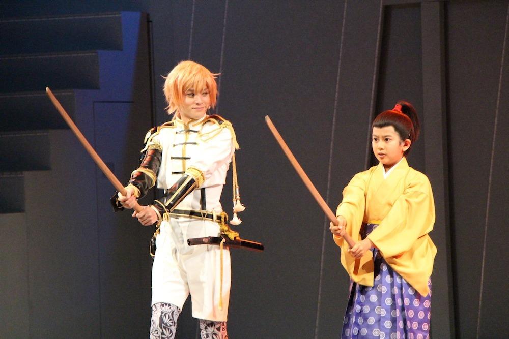 (左から)物吉貞宗役の横田龍儀、竹千代役の阿由葉朱凌