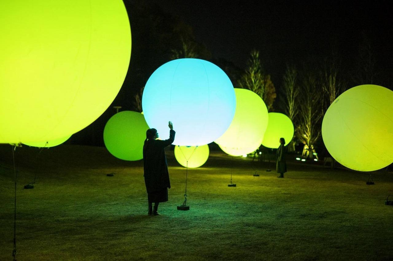 浮遊する、 呼応する球体 / Floating, Resonating Spheres