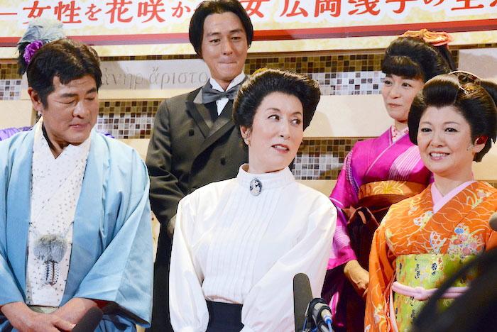 赤井英和、高畑淳子、南野陽子(前列左から)、葛山信吾、三倉茉奈(後列左から)