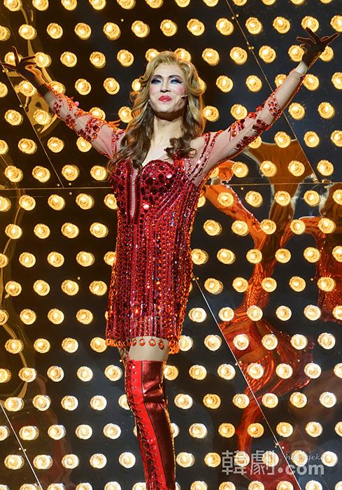 長身で手足が長く、舞台映えするチェ・ジェリムのローラ  ©韓劇.com 取材協力:CJ E&M