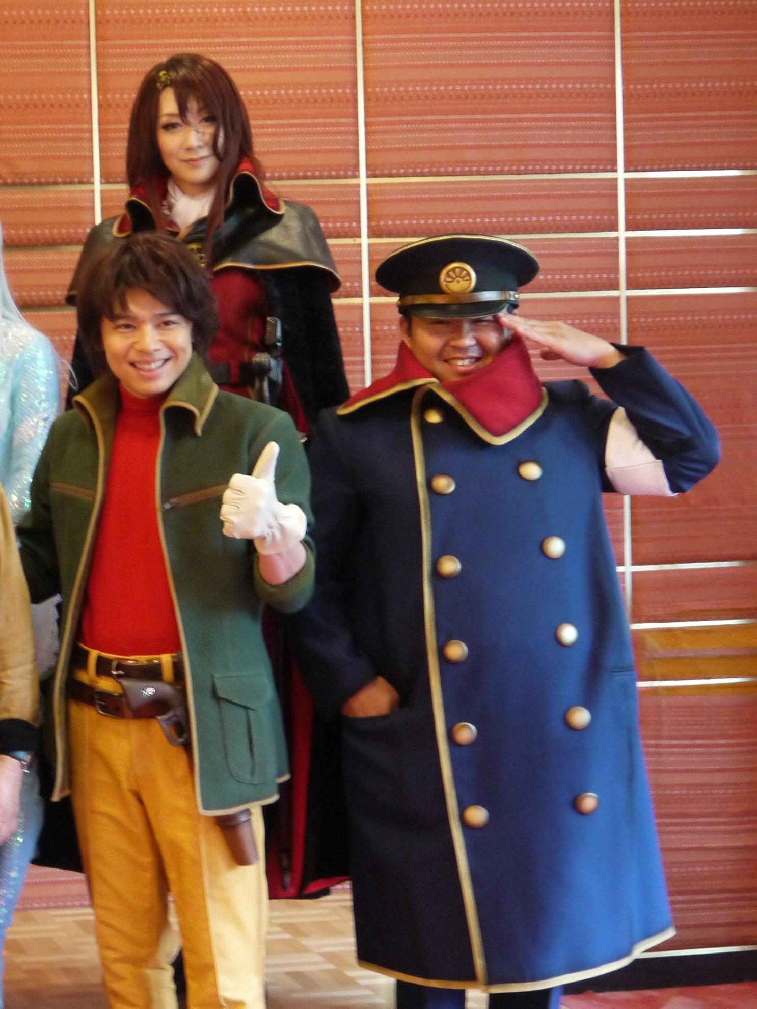 中川晃教(写真左)につられて思わず笑顔になる凰稀かなめ(写真後)とお宮の松(写真右)