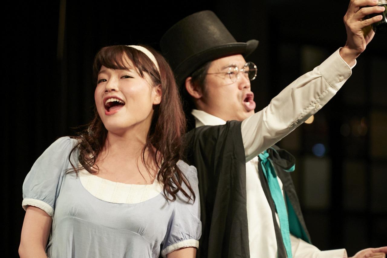 (左)萩野久美子