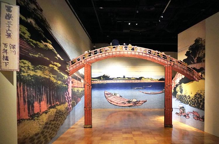 展覧会場の入口。深川万年橋をくぐって進むと、名品がずらりと並んでいる。
