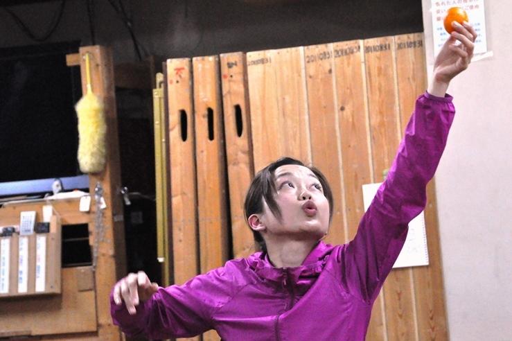 「T-works」の中心で、本作で「女優」と「入院患者」を演じる丹下真寿美。