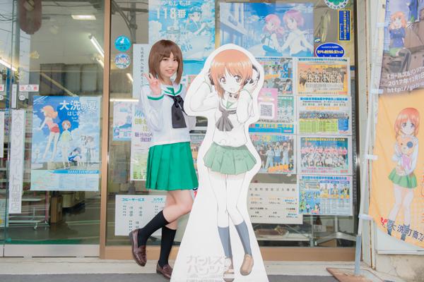 「西住みほ」の立て看板のある「坂本文具店」さん前で。店先にはこのようなキャラクターの看板が立っている