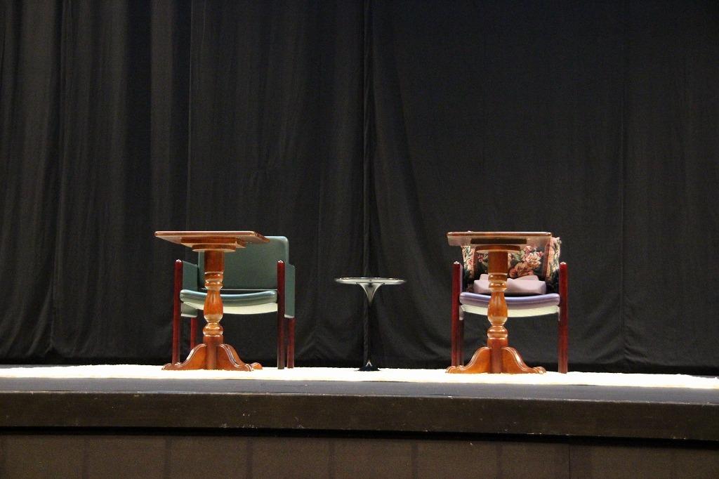 テーブルと、二脚のイスが置かれただけの舞台