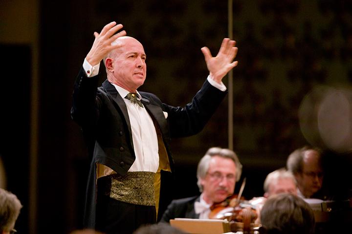 サンクトペテルブルク交響楽団を指揮する井上道義 Photo:K.Miura