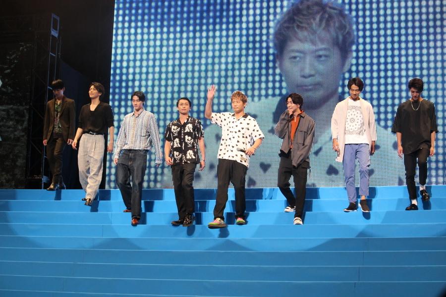 【White Rascals】(左から)松田凌、廣瀬智紀、栁俊太郎、遠藤雄弥、黒木啓司、稲葉友、西村一輝、西川俊介 黒木:今日、盛り上がっていきましょう。