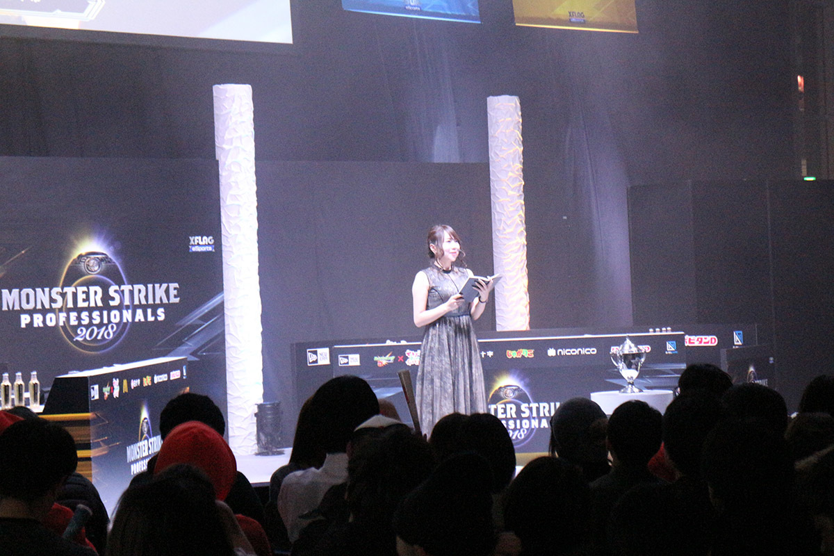MCの吉田早希がステージ上で進行