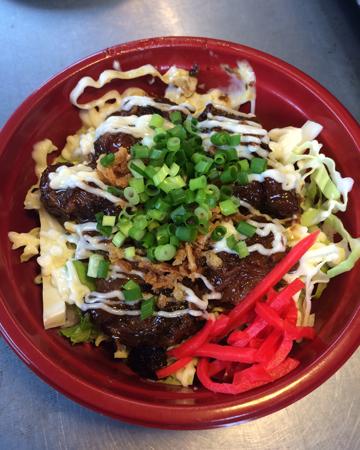 沖縄炙りスペアリブ丼 800円(いかり屋)…ソーキ肉の中でも希少部位である軟骨を使用した、骨まで柔らかく食べられるスペアリブ丼