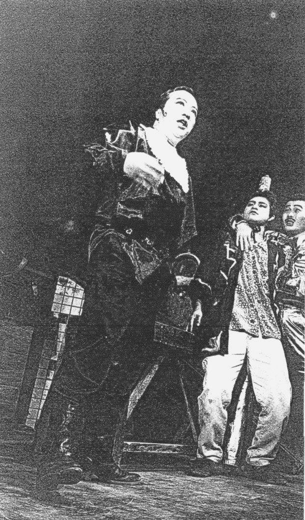 唐組『ビンローの封印』1992年の初演より。写真左側が〈坊〉を演じた唐十郎。中央は久保井研。 ©唐組