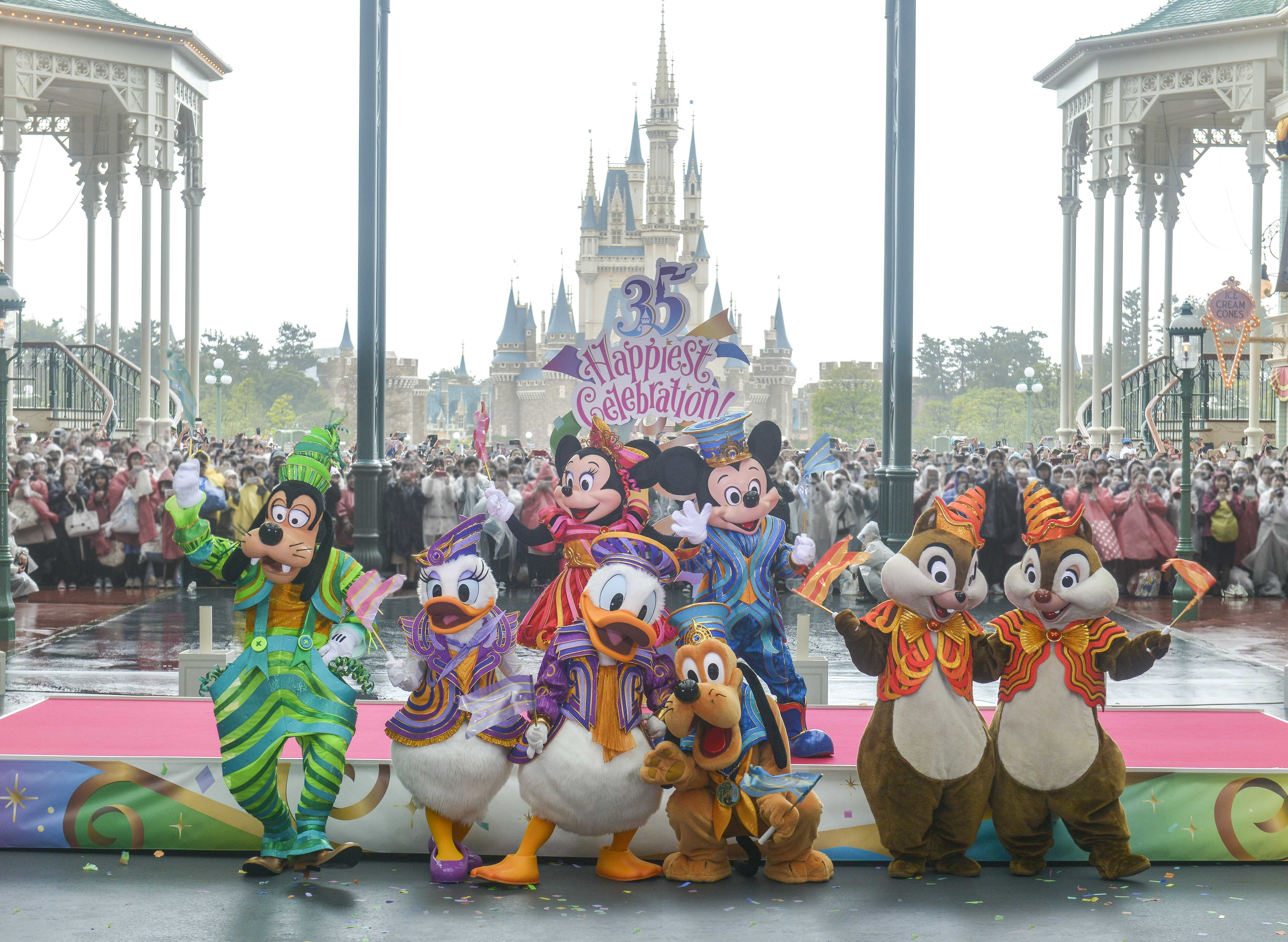 セレモニー後のディズニーの仲間たち (C)Disney