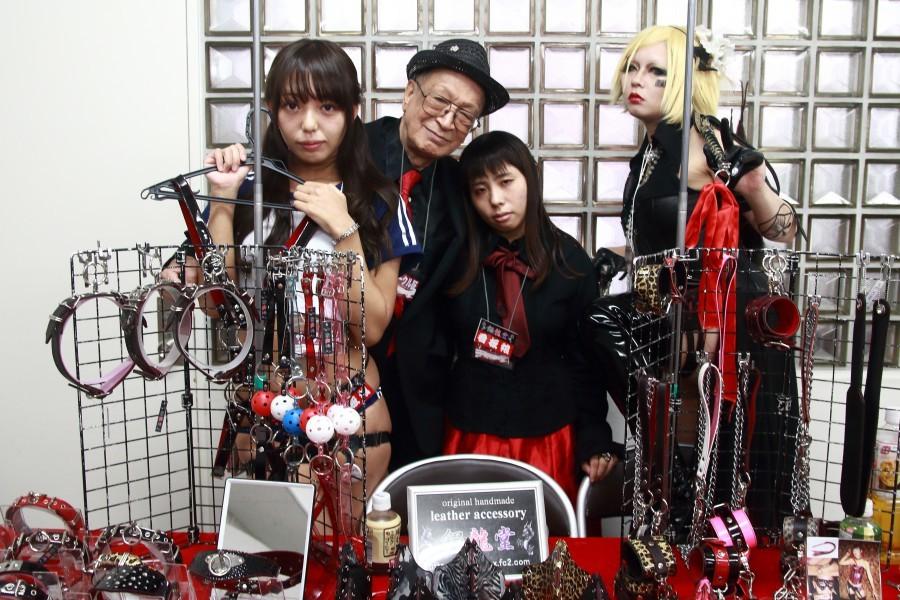 銀龍堂(@gray_g)オーナーのグレイと3人の売り子たち
