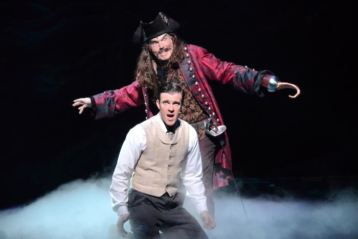 『ファインディング・ネバーランド』の代表曲『Stronger』を演じるビリー・タイ(手前)とジョン・デイヴィッドソン(奥)