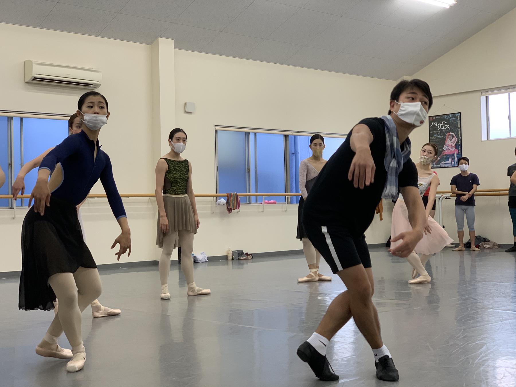 Ballet Company West Japan 第2回公演『ジゼル』リハーサル 手前は演出・振付の山本康介