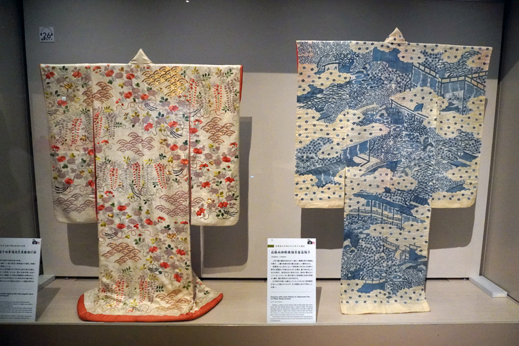 左:《白綸子地青海波花束模様打掛》19世紀 東京都江戸東京博物館 右:《白麻地御殿模様茶屋染帷子》18世紀後半~19世紀前半 東京都江戸東京博物館