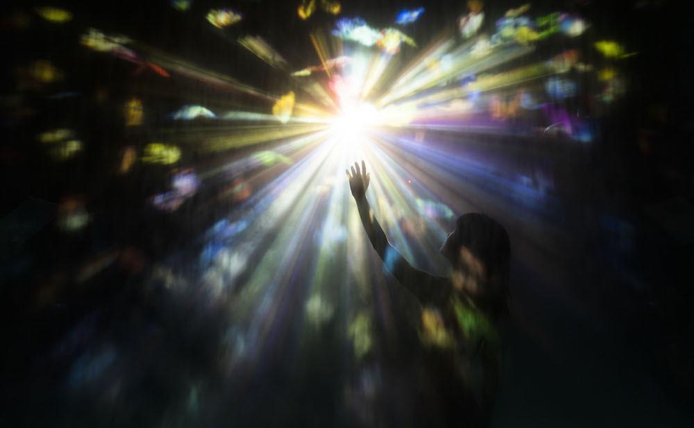 円相に迷い込んで / Step into the Light Circle teamLab, 2021, Interactive Digital Installation, Sound: Hideaki Takahashi, teamLab