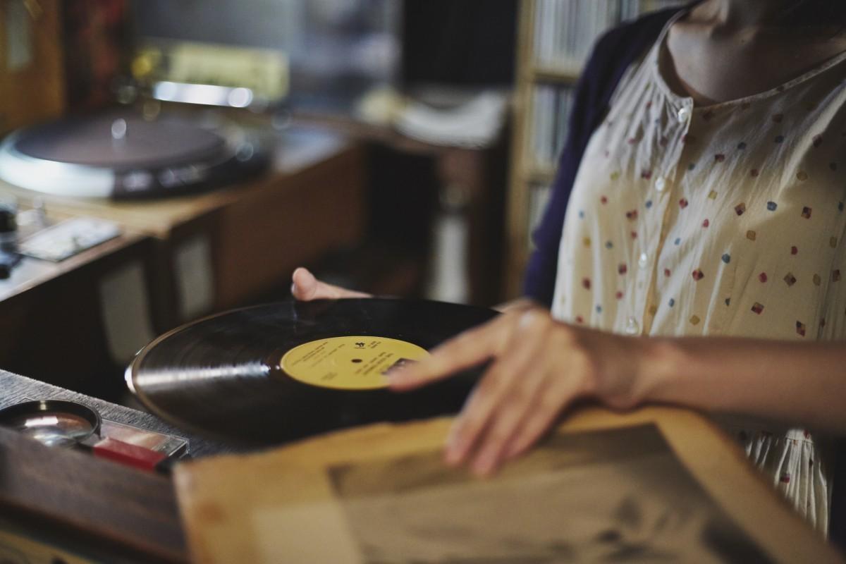 「お気に入りはカウント・ベイシー。でも、自然と手に取ったレコードをかけることが多いですね。あとは自分が聴いたことのないビッグバンドの曲とか」。ジャズ好きの若者が日替わりでやって来ることで店に活気が生まれる。