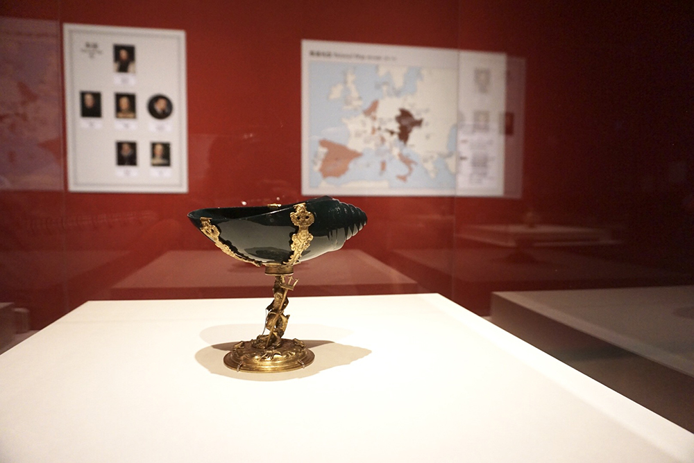 オッターヴィオ・ミゼローニ(1568頃-1624)、HCのマイスター《ネプトゥヌスをともなう巻貝形の鉢》プラハ、1620年頃、縁取り:ウィーン、1620/30年頃 血玉石、鍍金された銀 ウィーン美術史美術館 美術工芸館