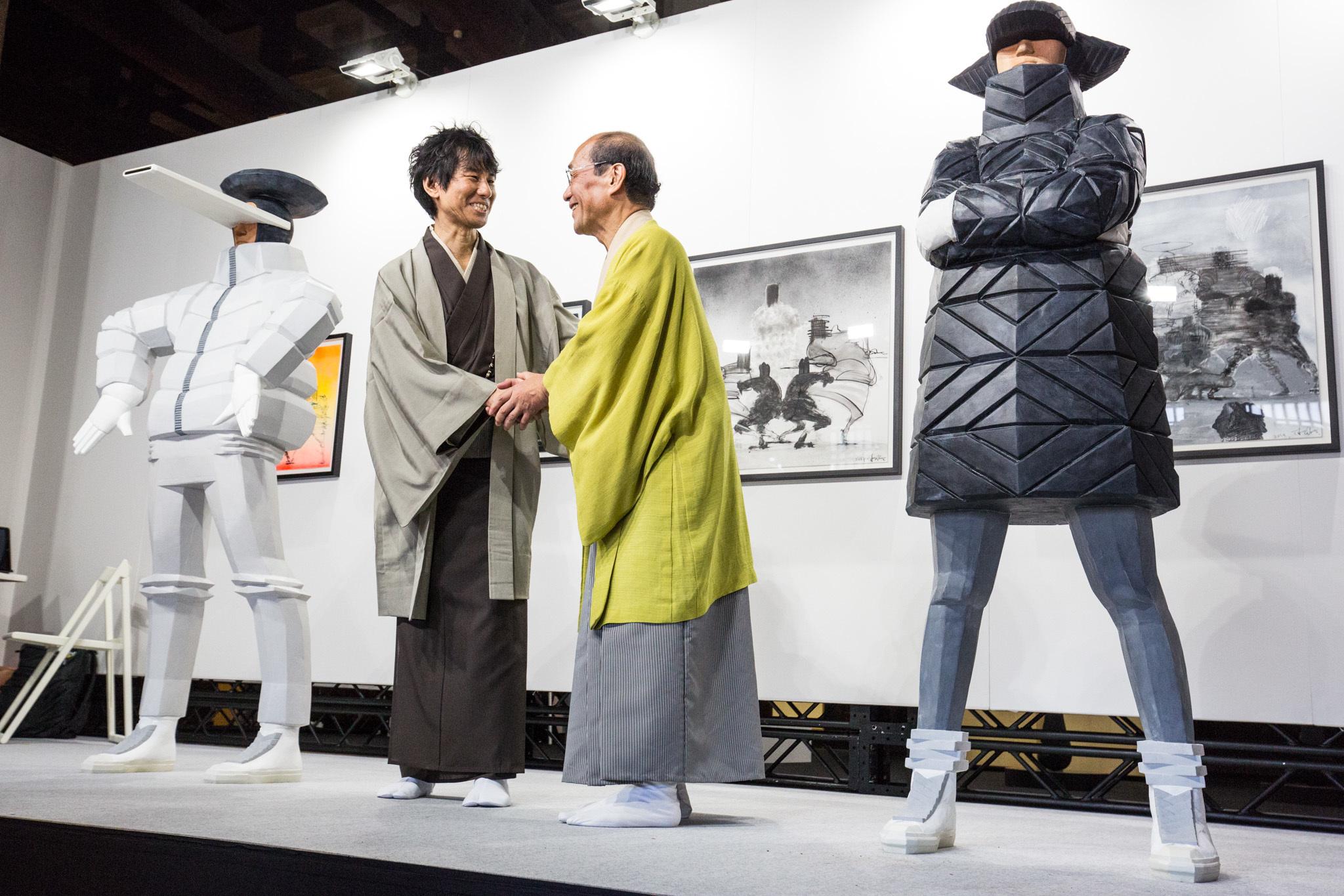 握手を交わす総合プロデューサーの來住尚彦氏と、京都市長門川大作氏