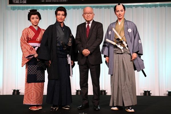 (左から)真彩希帆、望海風斗、浅田次郎、彩風咲奈