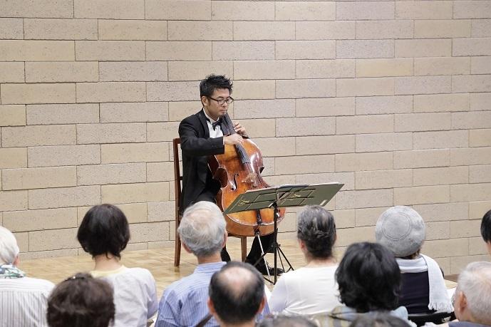 本番前にも関わらず、楽しそうにチェロの独奏をする首席奏者 北口大輔氏