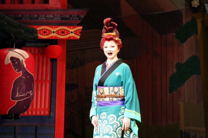 松田美由紀のど迫力のお歯黒姿!眉毛がかなり上に描いているのも怖さ倍増の原因