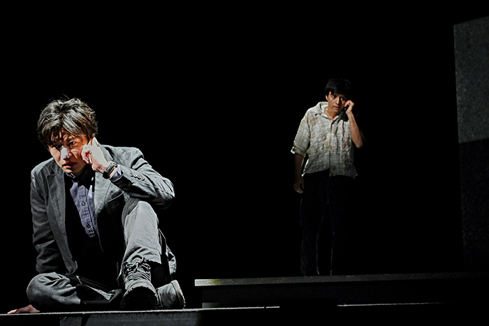 世田谷パブリックシアター×パソナグループ『CHIMERICA チャイメリカ』 左から:田中圭 満島真之介  撮影:細野 晋司