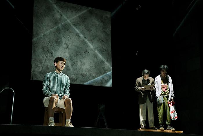 左から:篠山輝信 大鷹明良 柄本時生 (世田谷パブリックシアター『チック』 撮影:細野 晋司)