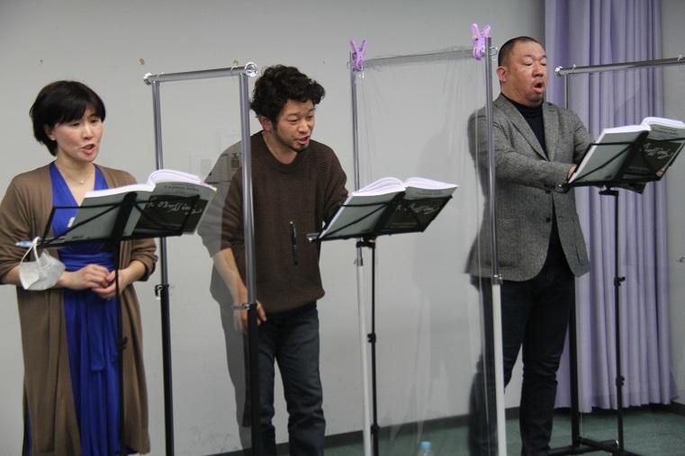 稽古風景:老田裕子、小堀勇介、伊藤貴之(左より)     (C)H.isojima